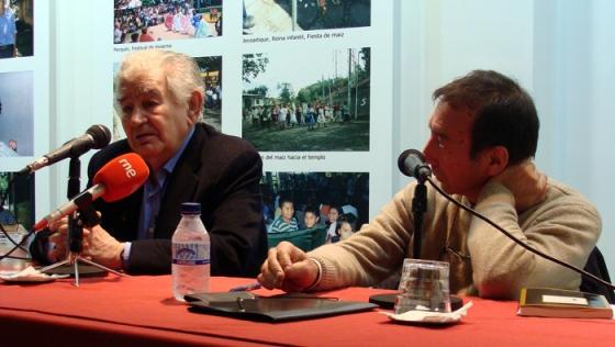 Antonio Gamoneda y Tomás Sánchez Santiago en la Fundación Montes (Valladolid).