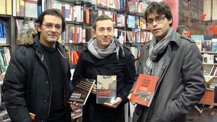 Antonio Marcos (autor) y Àlex Martín y Javier Sánchez (editores), en la librería 'A pie de página'.