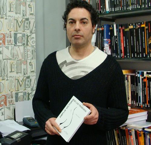El poeta vallisoletano Jorge M. Molinero, con su último libro. Foto: L. Fraile.