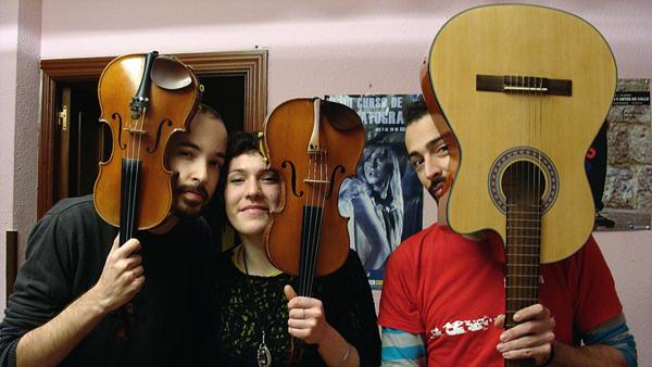 Javier Gómez, Colleen Freeman y Quique Palau, integrantes del grupo Cous-cous. Foto: L. Fraile.