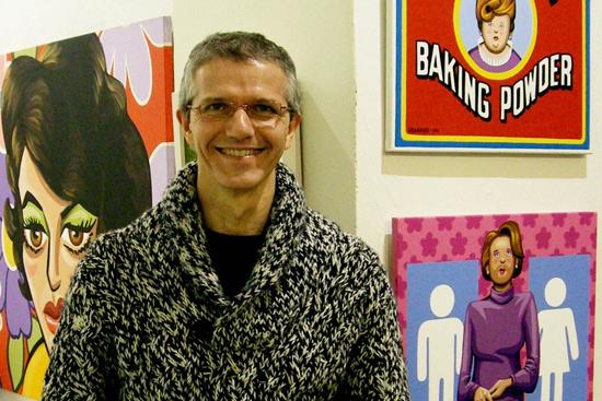 El artista Javier Granados junto algunas de obras de su exposición 'Otra vez ellas'. Foto: César Sanz.