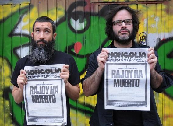 """Los editores de 'Mongolia' muestran una de sus portadas más recientes con el titular """"Rajoy ha muerto"""". Foto: C. Arranz."""