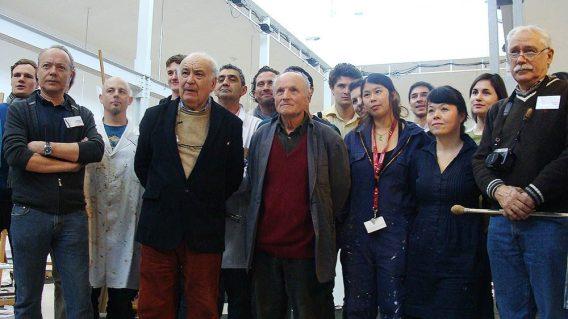 Antonio López (jersey granate) y Cristóbal Toral (jersey beige) con algunos de los artistas que acuden al taller. Foto: L. Fraile.