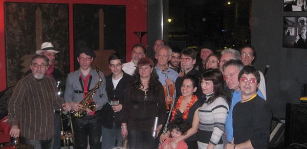 Algunos de los músicos improvisadores que acuden cada jueves al Hotel Quindós. Foto: Rafa Murciego.