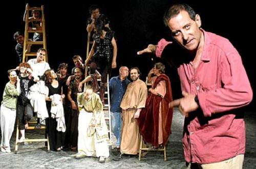 El fallecido director de teatro Fernando Urdiales con el grupo Corsario.