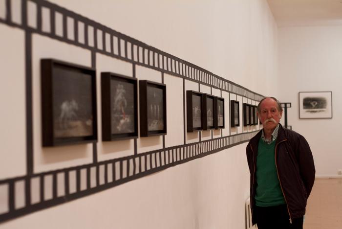 El pintor Rosendo García Ramos, 'Sendo', en su exposición en El Albéitar (León).