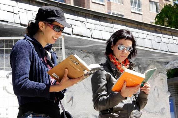 Dos de las jóvenes que participaron en la iniciativa de la librería Relieve. Foto: R. Adalia.