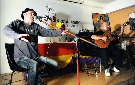 Dioni y Pitti, integrantes del grupo Bacanal, durante un concierto en el Ateneo Republicano de Valladolid. Foto: Carlos Arranz.