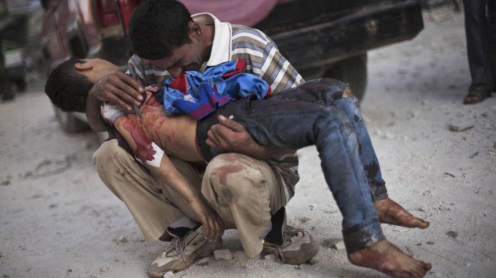 Un hombre llora mientras sostiene el cuerpo de su hijo, asesinado por el ejército sirio, en Aleppo. Esta es una de las fotografías galardonadas este año con el premio Pulitzer. / AP PHOTO. MANU BRABO