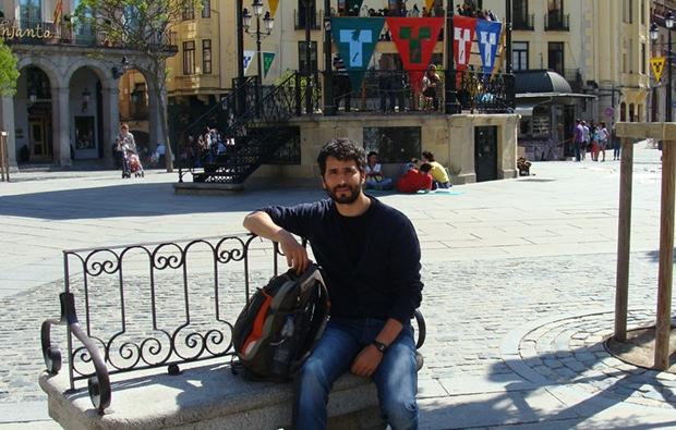 Aitor Sanz Juanes en la Plaza Mayor de Segovia, uno de los escenarios del Titirimundi. Foto: L. Fraile.