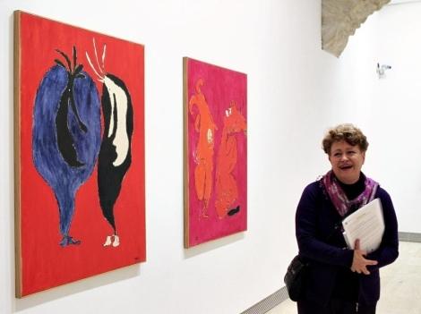 Maru Rizo, compañera del artista, junto a algunas obras de la exposición.