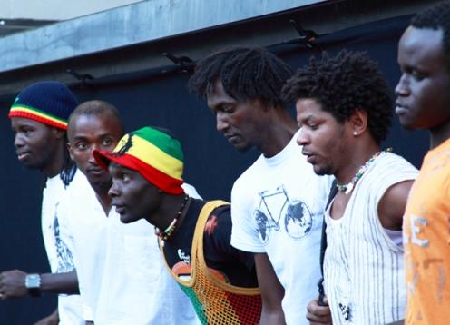 Actuación en la calle para interactuar con la gente. Foto: Nuevo Teatro Fronterizo.