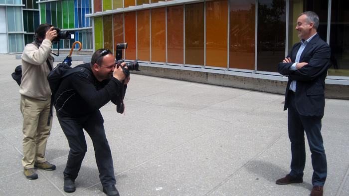 Manuel Olveira posa ante los fotógrafos Casares y Campillo a la entrada del Musac (León). © Fotografía: Eloísa Otero.