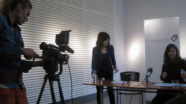 La periodista Laura Pastoriza preparándose para grabar a Lucía Alaejos, reponsable de Comunicación de la Fundación Cerezales, y curadora jefe, Rosa María Yagüez, curadora jefe de la Fundación. Foto: E. Otero.