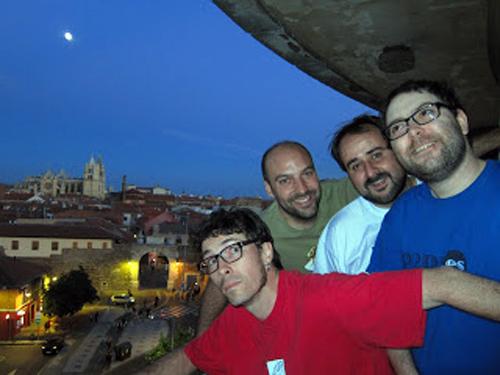 Los músicos de Tarna, Diego Gutiérrez y Rodrigo Martínez, y los narradores Pablo Parra y Manuel Ferrero.