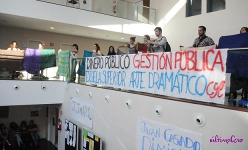 El encierro ha finalizado tras haber realizado negociaciones con la Dirección de la Escuela. Foto: Carlos Arranz.