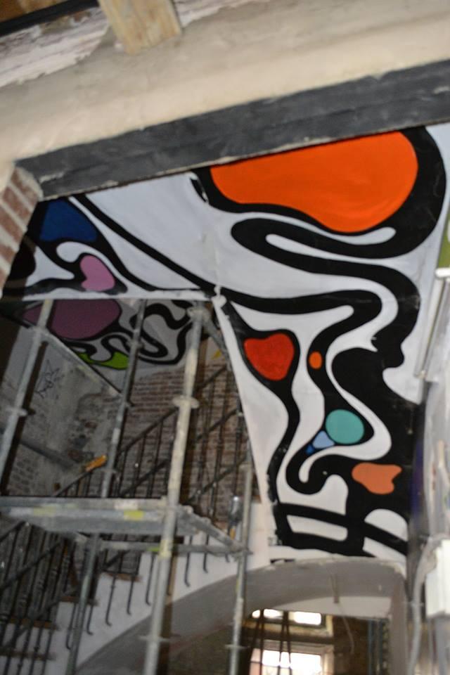 El mural pintado en el techo de la escalera