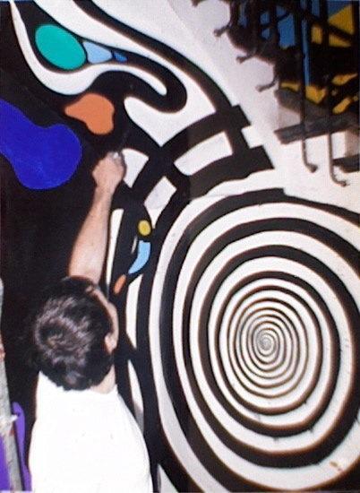 Caetano de Lima pinta el mural que el Ayuntamiento ha conservado