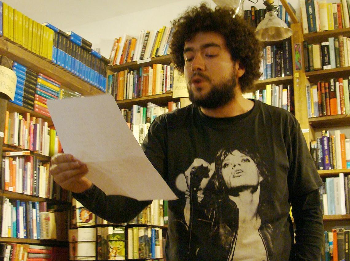Uno de los participantes de la sesión `Crítica feroz´ celebrada en la librería La Leona. Foto: L. Fraile.