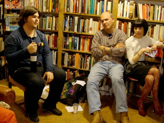 Algunos participantes de la sesión `Crítica feroz´ celebrada en la librería La Leona. Foto: L. Fraile.