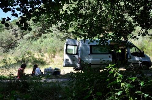 Momento de descanso (con la furgoneta al fondo).