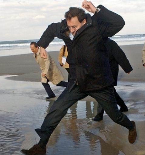 Rajoy durante una visita a las playas devastadas por el chapapote, en una imagen tomada en 2002.