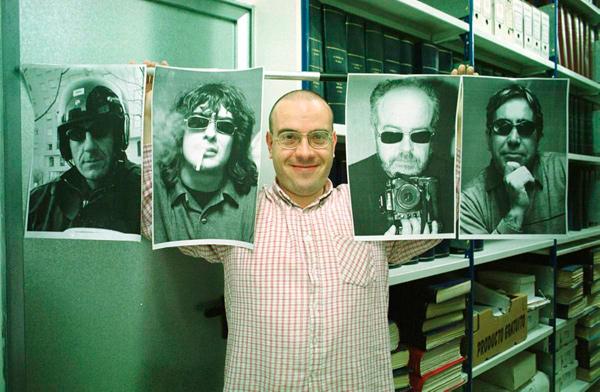 Pedro Marcos, con las fotos de los foteros. Fotografía: Mauricio Peña.