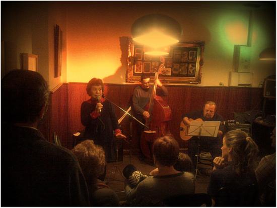 Renée Jaitt, en un momento de su recital sobre Benedetti, acompañada por Alfredo Vidal al tres cubano (en la imagen, con Juanjo al contrabajo, durante un recital en el bar Miserias).