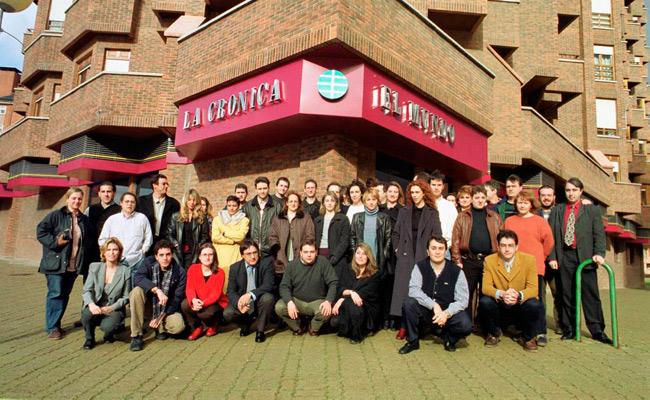 Abril de 1999. Foto de familia de la plantilla el primer día de la fusión con El Mundo, en la nueva sede del Polígono X. Fotografía: Mauricio Peña.