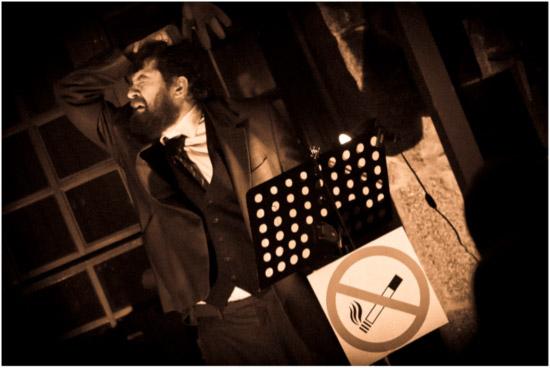Ángel Simón, en un momento de su interpretación de 'Conferencia sobre el tabaco'.