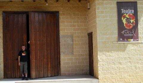 Raúl Gómez a la puerta del Corral de Anuncia, en Urones. © Fotografía: Tor.