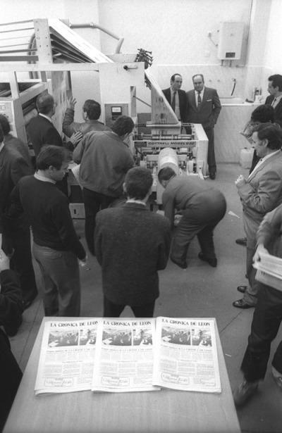 Los primeros ejemplares de La Crónica de León saliendo de la rotativa. Fotografía: Mauricio Peña.
