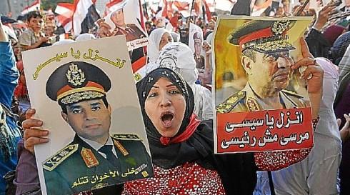 Una mujer participa en la manifestación de Tahrir en apoyo al golpe de Estado de los militares contra Mursi. (AFP).