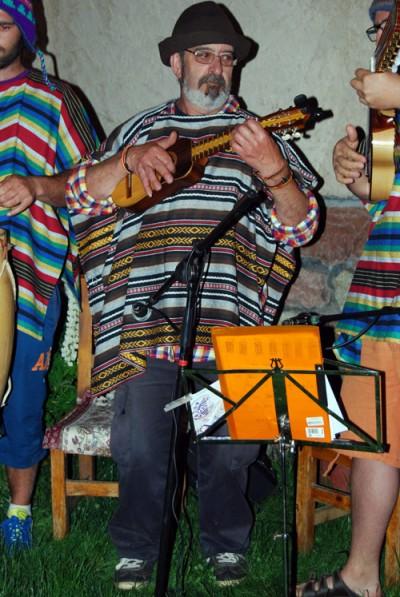 Braulio Gracía, 'El Lugareño', debuta como músico, tocando el charango, con el grupo Incassette.