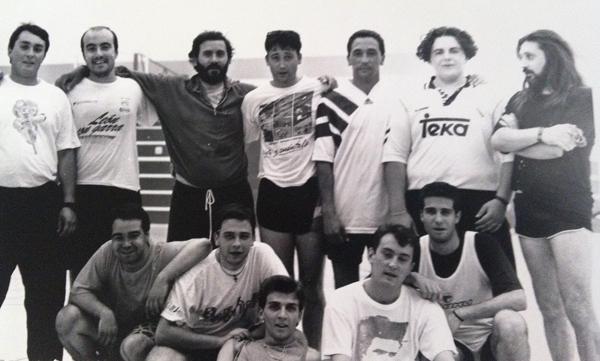 """Foto remitida por Uribe: """"artido de futbito Redacción-Practiqueros, creo que del año 93. Arriba: César F. Buitrón, Yosu, Ful, JuanDa, (creo que Juan Carlos Díez, que marchó a México), Curro Higuero y Lolo.  Abajo: Uribe, Porras, Manuel Cerdá y de los otros dos, que eran vascos, no me acuerdo bien""""."""