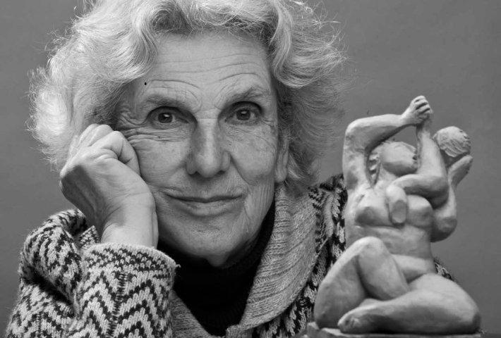 La artista con la maqueta de la escultura