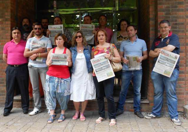 Trabajadores de La Cróncia, tras la rueda de prensa ofrecida este viernes. Fotografía de Sergio Jorge