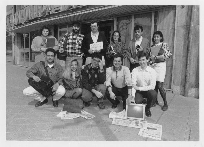 El equipo de La Crónica 16 en la entrada de la antigua sede de Paseo de la Facultad