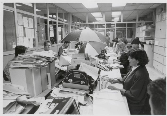 La redacción, con paraguas, en los tiempos en los que había goteras en la sede de Papalaguinda.