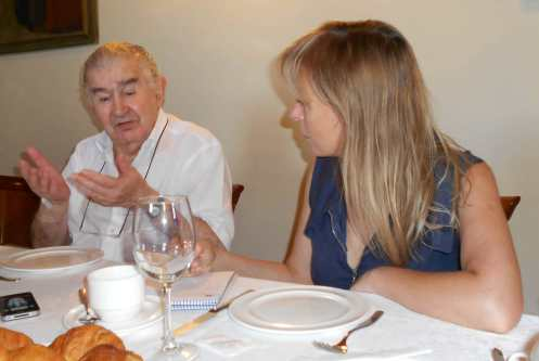 Antonio Gamoneda, junto a la delegada de la agencia Efe en León, Belén Molleda. Fotografía de Sergio Jorge