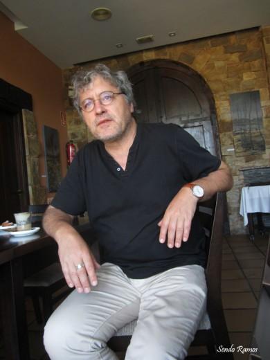 El escritor Manuel Rivas en Castrillo de los Polvazares (Astorga). Fotografía: Sendo Ramos.