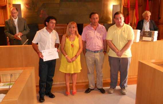 Los tres premiados por la Diputación, junto a la presidenta de la institución. Detrás, los responsables del ILC. Imagen: S. Jorge