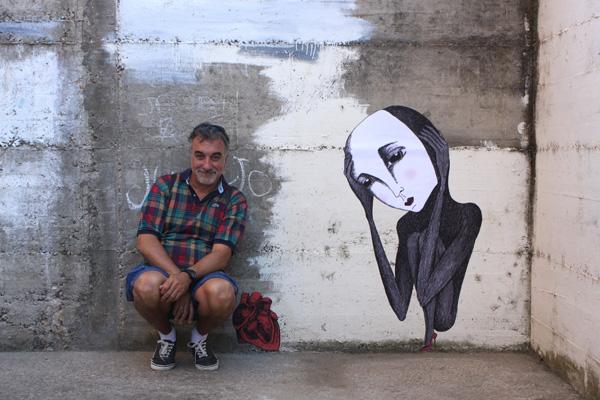Jorge Sanz Pulido, coordinador de AR.CA, en una calle de Aguilar de Campoo, junto a una obra de José Linares.
