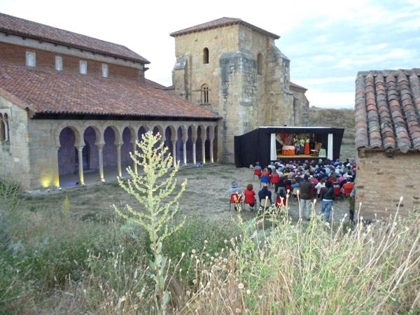 Representación teatral en San Miguel de Escalada el pasado 27 de julio. Foto: Pérez Soto.