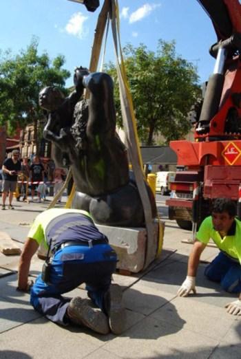 Traslado y colocación de la pieza en la plaza Obispo Alcolea de Astorga. Fotografía: astorgaredaccion.com