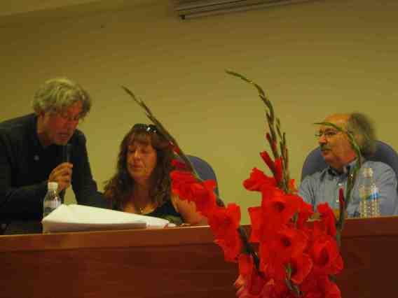 Rosa María Teruelo Gil, la ganadora en la modalidad de autor local, con Luis Carnicero y Antonio Colinas.