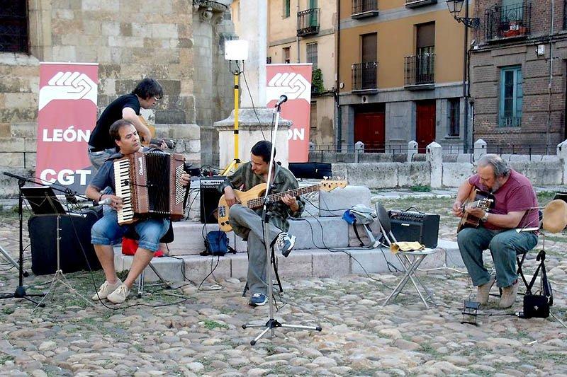 Acto en la plaza del Grano de León en el que se hizo público el nombre de las tres personas ganadoras. Tocando: 3 Gatos Swing. Foto: Roberto Fernández.