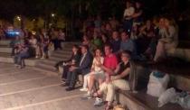 Asistentes, rapsodas, poetas y músicos en el Ágora.