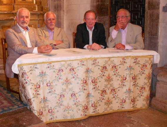 Salvador Gutiérrez, Luis Mateo Díez, José Manuel Blecua y José María Merino, en la iglesia de Lois. Fotografía de Sergio Jorge.