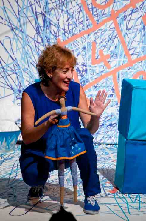 Imagen del espectáculo 'Azul', de la compañía Teloncillo, representado en la pasada edición de la Feria de Teatro de Castilla y León. © Fotografía: Mondrian.